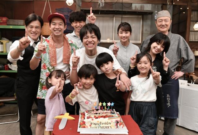 『#家族募集します』撮影現場でジャニーズWEST・重岡大毅のバースデーサプライズを実施(C)TBSの画像