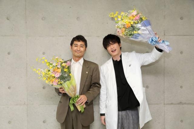 『らせんの迷宮~DNA科学捜査~』をクランクアップした(左から)安田顕、田中圭 (C)夏緑・菊田洋之・小学館/テレビ東京/AX-ONの画像