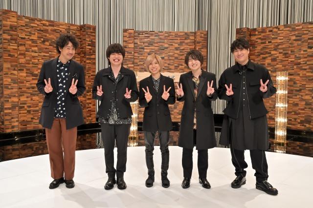 9月9日放送『SONGS』より司会・大泉洋(左)とofficial髭男dism (C)NHKの画像