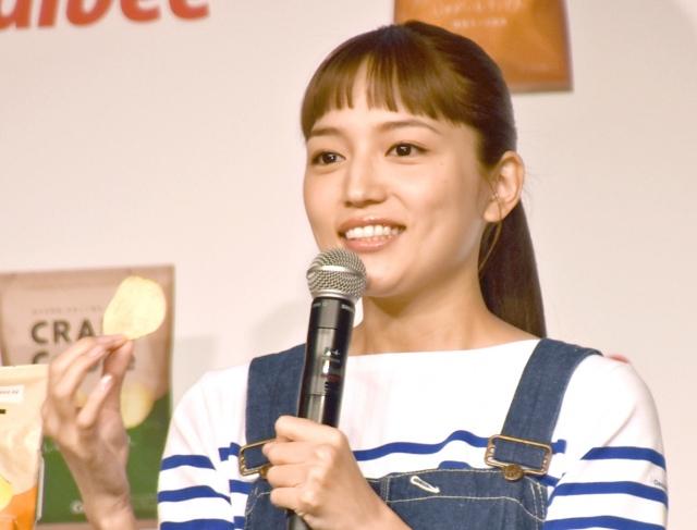 ポテトチップスを試食しようとする川口春奈  (C)ORICON NewS inc.の画像