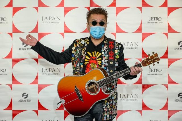 『2020年ドバイ国際博覧会 日本館 開幕1ヶ月前記者発表会』でオリジナル楽曲を披露した嘉門タツオの画像