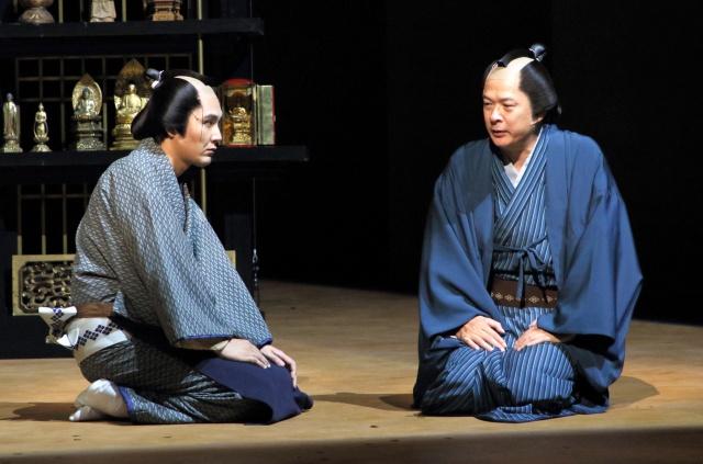 舞台『近松心中物語』公開ゲネプロに参加した(左から)松田龍平、田中哲司 撮影/阿久津知宏の画像