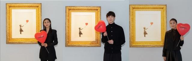 バンクシー代表作 『風船と少女』展示『世界一小さな美術館@GMOデジタル・ハチ公』に出席した(左から)堀田茜、宮沢氷魚、石川恋の画像