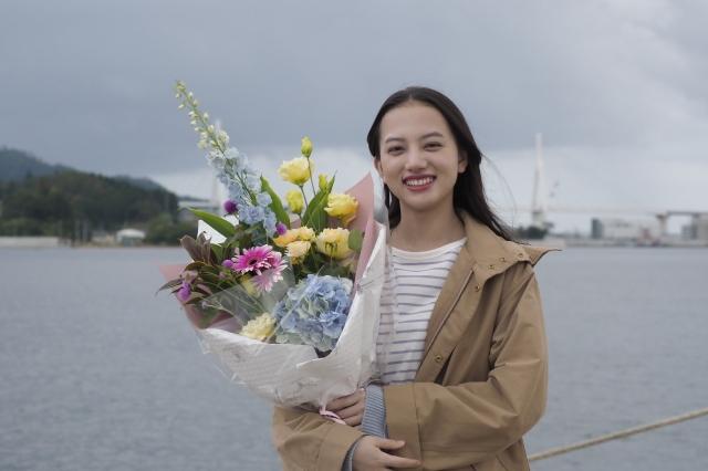 『おかえりモネ』のクランクアップを迎え笑顔の清原果耶(9月3日・宮城県気仙沼市にて)(C)NHKの画像