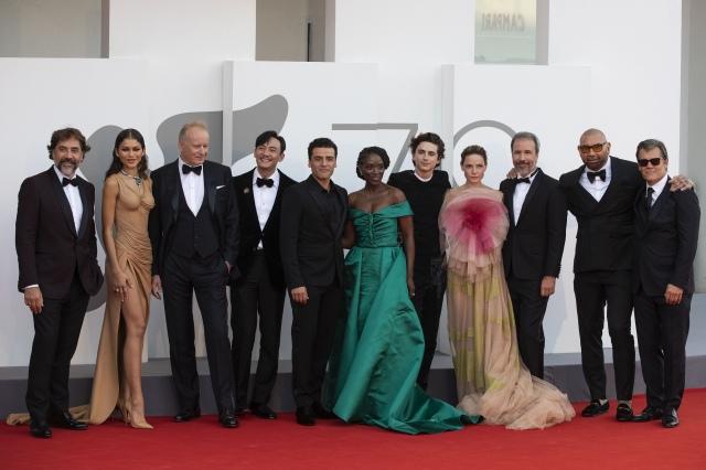 「第78回ヴェネチア映画祭」に『DUNE/デューン 砂の惑星』キャスト・スタッフが勢ぞろい。ティモシー・シャラメは右から5人目の画像