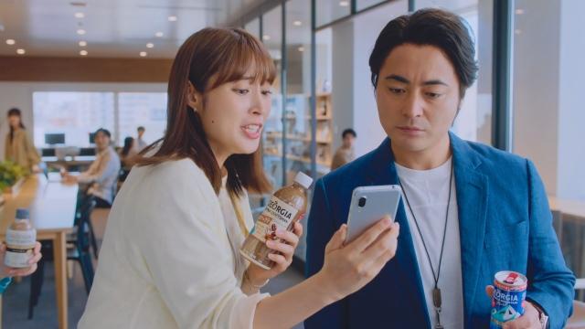 コカ・コーラ『ジョージア』の新TVCMに出演する広瀬アリスと山田孝之の画像