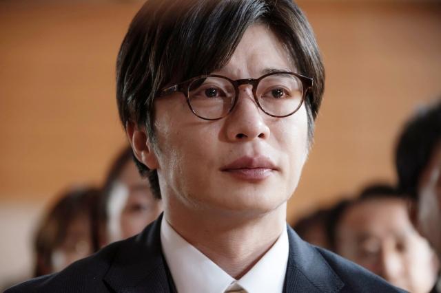映画『そして、バトンは渡された』優子(永野芽郁)の演奏を聴いて号泣する森宮さん(田中圭)(C)2021 映画「そして、バトンは渡された」製作委員会の画像