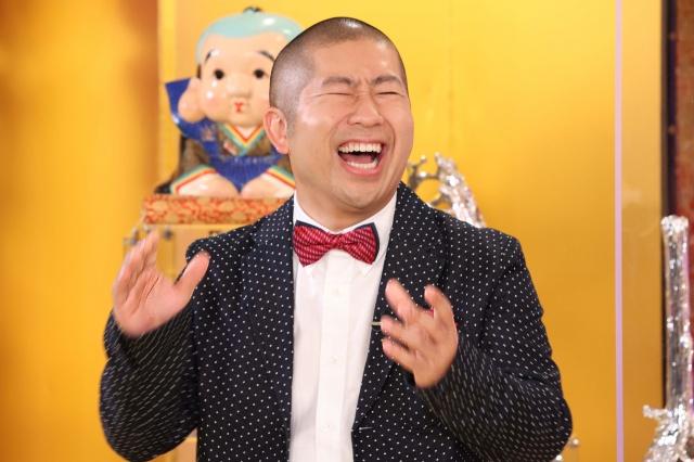 『爆買い☆スター恩返し』でMCを務めるハライチ・澤部佑(C)フジテレビの画像