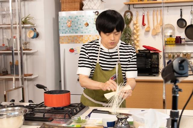 テレビ朝日『家事ヤロウ!!!』に出演したバカリズム (C)テレビ朝日の画像