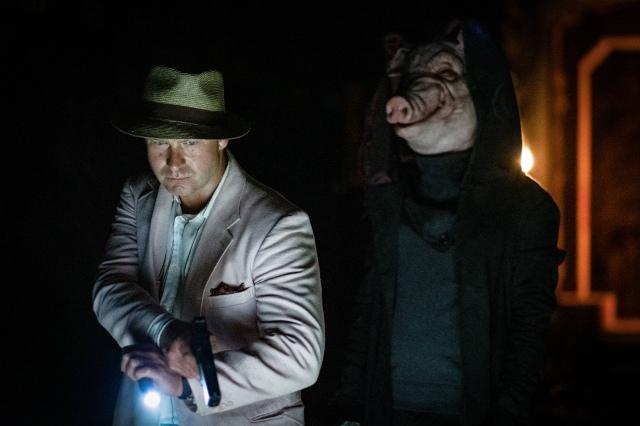 ブタのマスクを被った猟奇犯が!=映画『スパイラル:ソウ オールリセット』(9月10日公開)(C)2020 Lions Gate Films Inc. All Rights Reserved.の画像