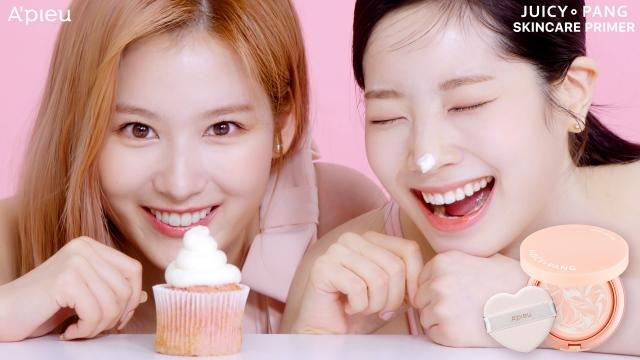 コスメブランド『A'pieu』のイメージキャラクターを務めるTWICE(左から)サナ、ダヒョン(C)アピュー ジューシーパン スキンケアプライマー ウェブ動画の画像