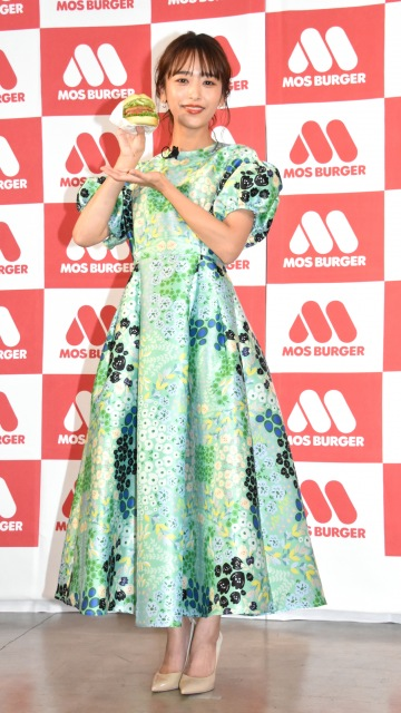 鮮やかなグリーンの衣装で登場した近藤千尋 (C)ORICON NewS inc.の画像