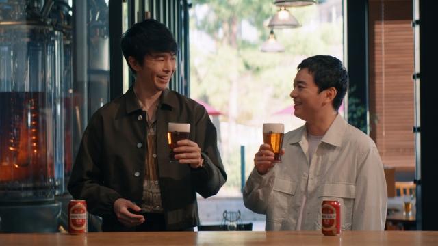 『SPRING VALLEY 豊潤<496>』新CM「スプリングバレー 感動体験」篇に出演する(左から)長谷川博己、染谷将太の画像