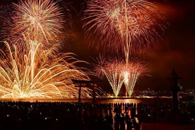 今年4月に打ち切りが発表された「宮島水中花火大会」(写真提供:宮島観光協会)の画像