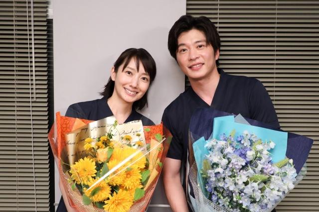 ドラマ『ナイト・ドクター』のクランクアップを迎えた(左から)波瑠、田中圭(C)フジテレビの画像
