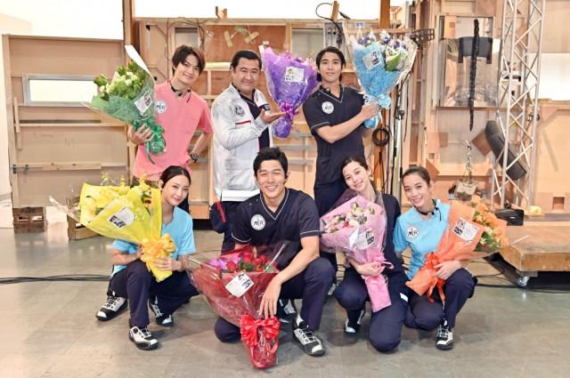 『TOKYO MER~走る緊急救命室~』がクランクアップを迎え、笑顔を見せる鈴木亮平ら(C)TBSの画像