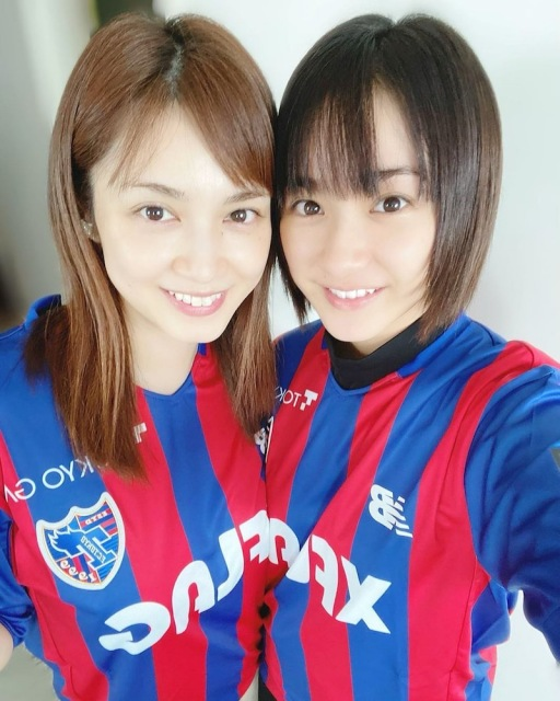 姉・愛梨とFC東京ユニフォーム着た2ショットを公開した平祐奈(右)(写真はオフィシャルブログより)の画像