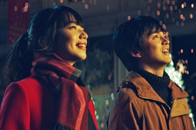 デートをする佐薙(小松菜奈)と高坂(林遣都)=映画『恋する寄生虫』(11月12日公開) (C)2021「恋する寄生虫」製作委員会の画像