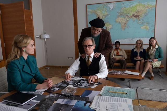 雑誌「LIFE」編集長ロバート(ビル・ナイ)の機嫌を取るように肩を揉む写真家ユージン(ジョニー・デップ)=映画『MINAMATA-ミナマタ-』(9月23日公開) (C)Larry Horricksの画像