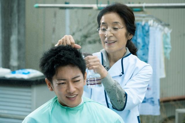 遠島けい(倍賞美津子)に髪を切ってもらう利根(佐藤健)=映画『護られなかった者たちへ』(10月1日公開) (C)2021映画「護られなかった者たちへ」製作委員会の画像