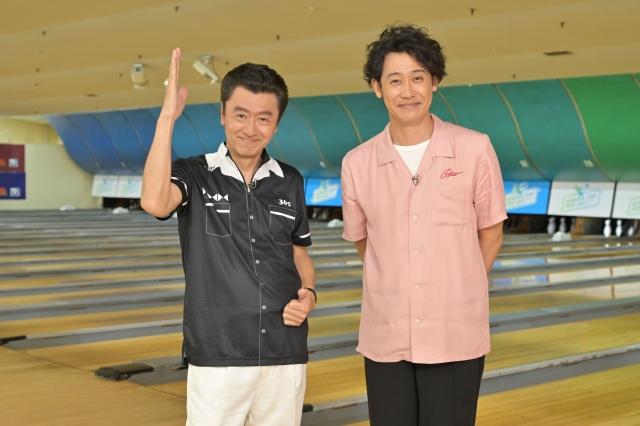 16日放送『SONGS』でボウリング対決を行う(左から)桑田佳祐、大泉洋(C)NHKの画像