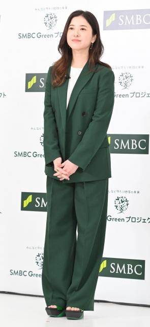 緑のパンツスーツ姿を披露した吉高由里子 (C)ORICON NewS inc.の画像