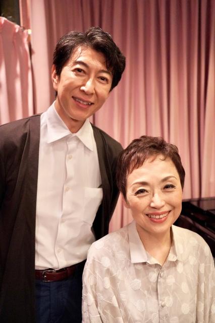 クミコ(右)の新曲発売記念コンサートに出演する篠井英介の画像