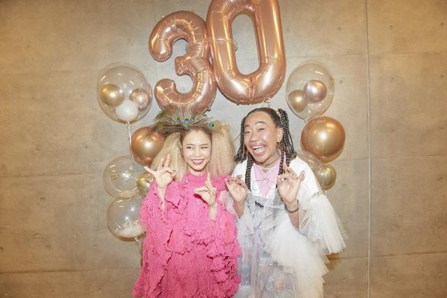 Chara30周年記念ライブにサプライズ登場しCharaになりきった木梨憲武 Photo by 岩澤高雄の画像