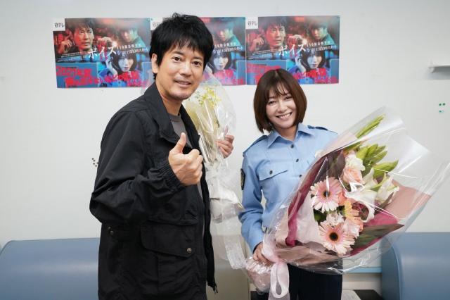 『ボイスII 110緊急指令室』をクランクアップした唐沢寿明、真木よう子 (C)日本テレビの画像