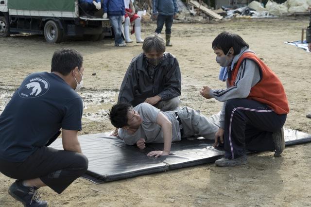 佐藤健自ら提案した泥水絶叫シーンの撮影の様子=映画『護られなかった者たちへ』(10月1日公開) (C)2021映画「護られなかった者たちへ」製作委員会の画像