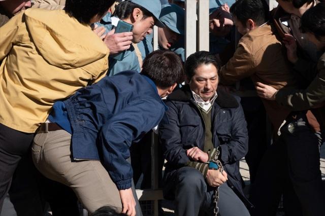 チッソに補償を求める運動のリーダー・ヤマザキ(真田広之)が決死の座り込みを行う場面=映画『MINAMATA-ミナマタ-』(公開中) (C)Larry Horricksの画像