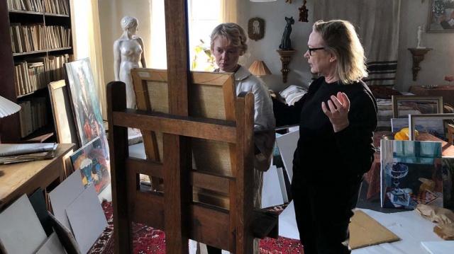 映画『TOVE/トーベ』(10月1日公開)トーベ役のアルマ・ポウスティに演技指導するザイダ・バリルート監督(C) 2020 Helsinki-filmi, all rights reservedの画像
