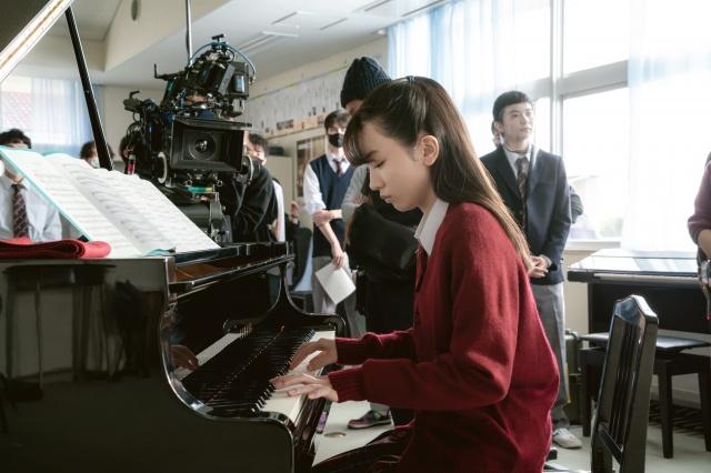 映画『そして、バトンは渡された』(10月29日公開)ピアノ演奏に挑む永野芽郁(メイキング写真)(C)2021 映画「そして、バトンは渡された」製作委員会の画像