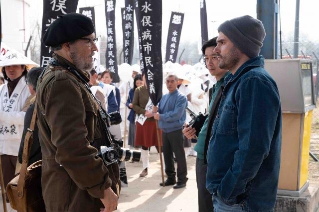 アンドリュー・レヴィタス監督と話すジョニー・デップ(メイキング写真)=映画『MINAMATA-ミナマタ-』(公開中) (C)Larry Horricksの画像