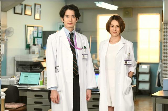 『ドクターX』1話ゲストの岡田将生(左)と米倉涼子 (C)テレビ朝日の画像