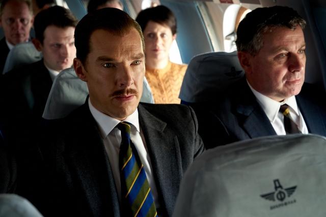 大酒飲みで体の緩んだ中年男だった頃=映画『クーリエ:最高機密の運び屋』(9月23日公開)(C) 2020 IRONBARK, LLC. ALL RIGHTS RESERVED.の画像