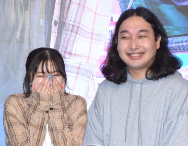 紺野彩夏(左)にデレデレのかが屋・賀屋 (C)ORICON NewS inc.の画像