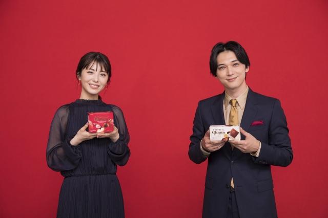『ガーナミルクチョコレート』新TVCM「ココロの声」篇に出演する(左から)浜辺美波、吉沢亮の画像