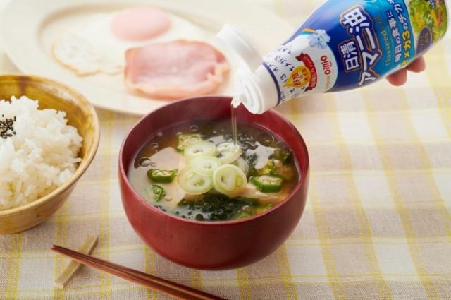 完成した料理にヘルシーオイルをかける…昭和の時代には考えられなかった光景の画像