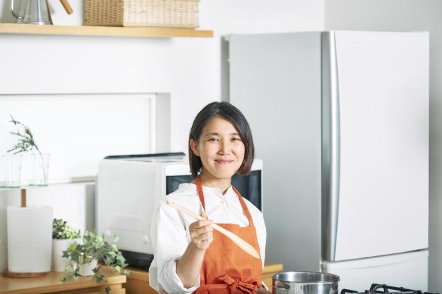 YouTubeチャンネル『セブンプレミアム公式 セブンプレミアム向上委員会』で簡単レシピを公開したタサン志麻の画像