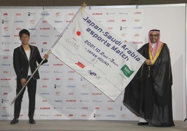 『日本・サウジアラビアeスポーツマッチ』記者発表会に登場した(左から)武井壮、ターキ・アルファザン氏 (C)ORICON NewS inc.の画像