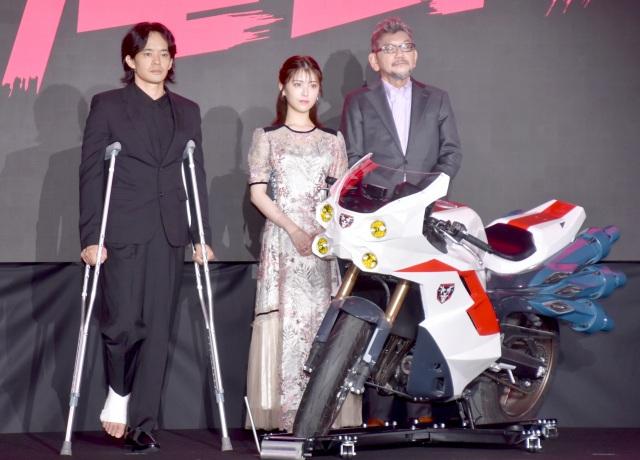 早くもけがをした池松壮亮(左)と浜辺美波(中央)、庵野秀明氏(右) (C)ORICON NewS inc.の画像