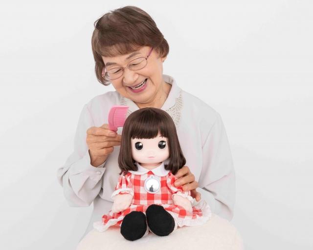 シニア向けコミュニケーション人形『あみちゃん』(C)タカラトミーの画像