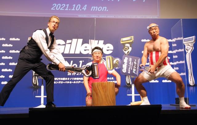 ひげ剃りで餅つきポーズをとる(左から)厚切りジェイソン、せんちゃん、小野まじめ (C)ORICON NewS inc.の画像