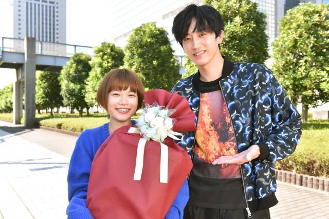 日本テレビ系連続ドラマ『恋です!~ヤンキー君と白杖ガール~』に出演する杉咲花、杉野遥亮 (C)日本テレビの画像