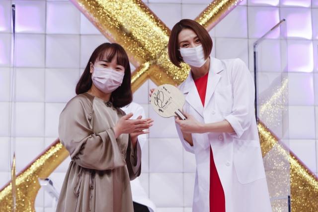 『ドクターX~外科医・大門未知子~』記者会見に登壇した(左から)伊藤美誠、米倉涼子(C)テレビ朝日の画像