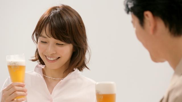 『一番搾り 糖質ゼロ』CMシリーズ「後出し」篇に登場する石田ゆり子の画像