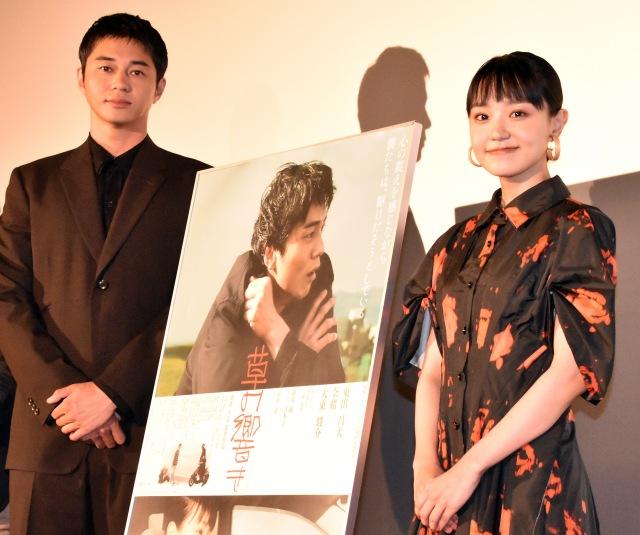映画『草の響き』の初日舞台あいさつに出席した(左から)東出昌大、奈緒 (C)ORICON NewS inc.の画像
