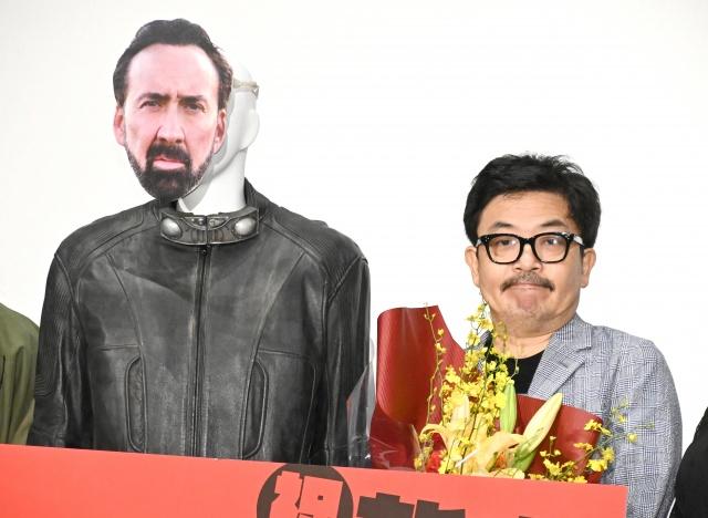 『プリズナーズ・オブ・ゴーストランド』舞台あいさつに登壇した(左から)ニコラス・ケイジのマネキン、園子温監督 (C)ORICON NewS inc.の画像