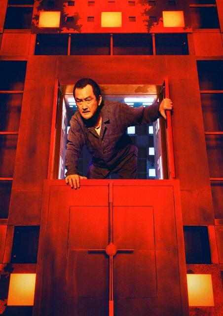 映画『CUBE 一度入ったら、最後』(10月22日公開)吉田鋼太郎が扮する会社役員の安東和正(61歳)(C)2021「CUBE」製作委員会の画像